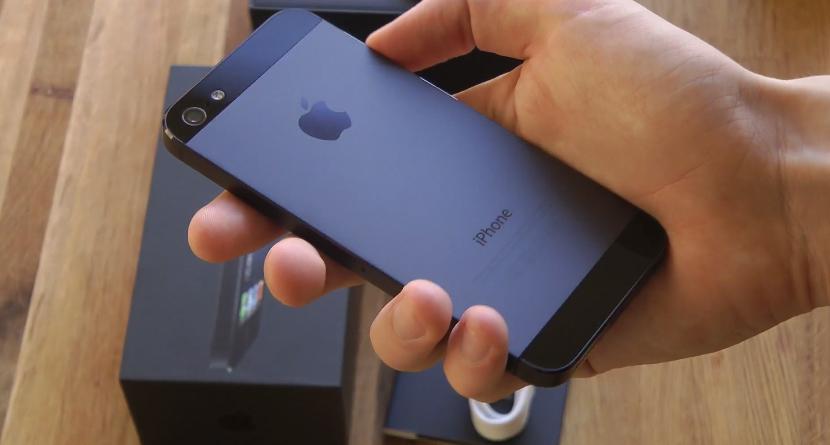 Mặt lưng trên iphone 5 phân ra làm ba vùng