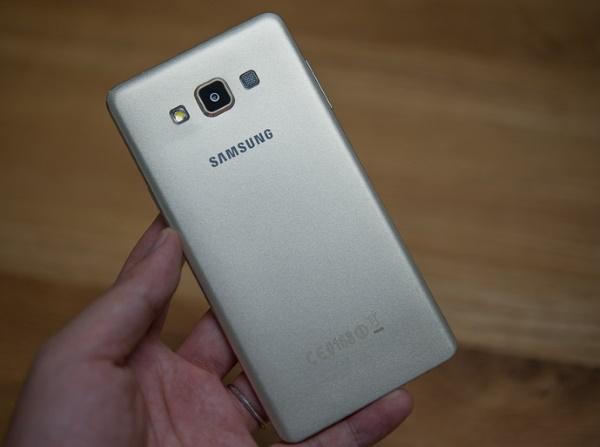Samsung Galaxy A7 thiết kế mặt sau