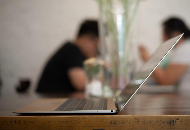 the-new-macbook-11ghz-mk4m2-gold-tren-tay-danh-gia-2