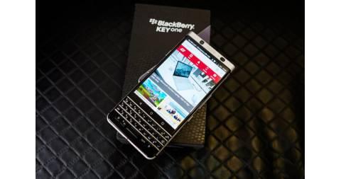 Đập hộp Blackberry KEYone giá khoảng 18,5 triệu đồng