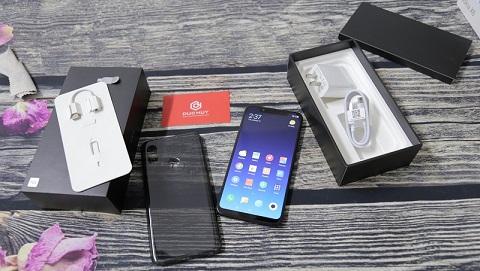 Đập hộp Xiaomi Mi8 đầu tiên ở TP.HCM, tại Đức Huy Mobile
