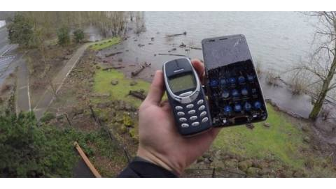 Đọ độ bền Nokia 6 và Nokia 3310 bằng cách thả rơi