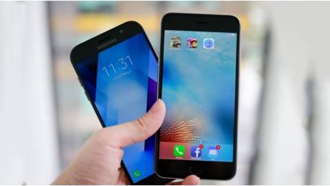 So sánh Samsung Galaxy A7 2017 và iPhone 6S Plus: chấu chấu đá xe