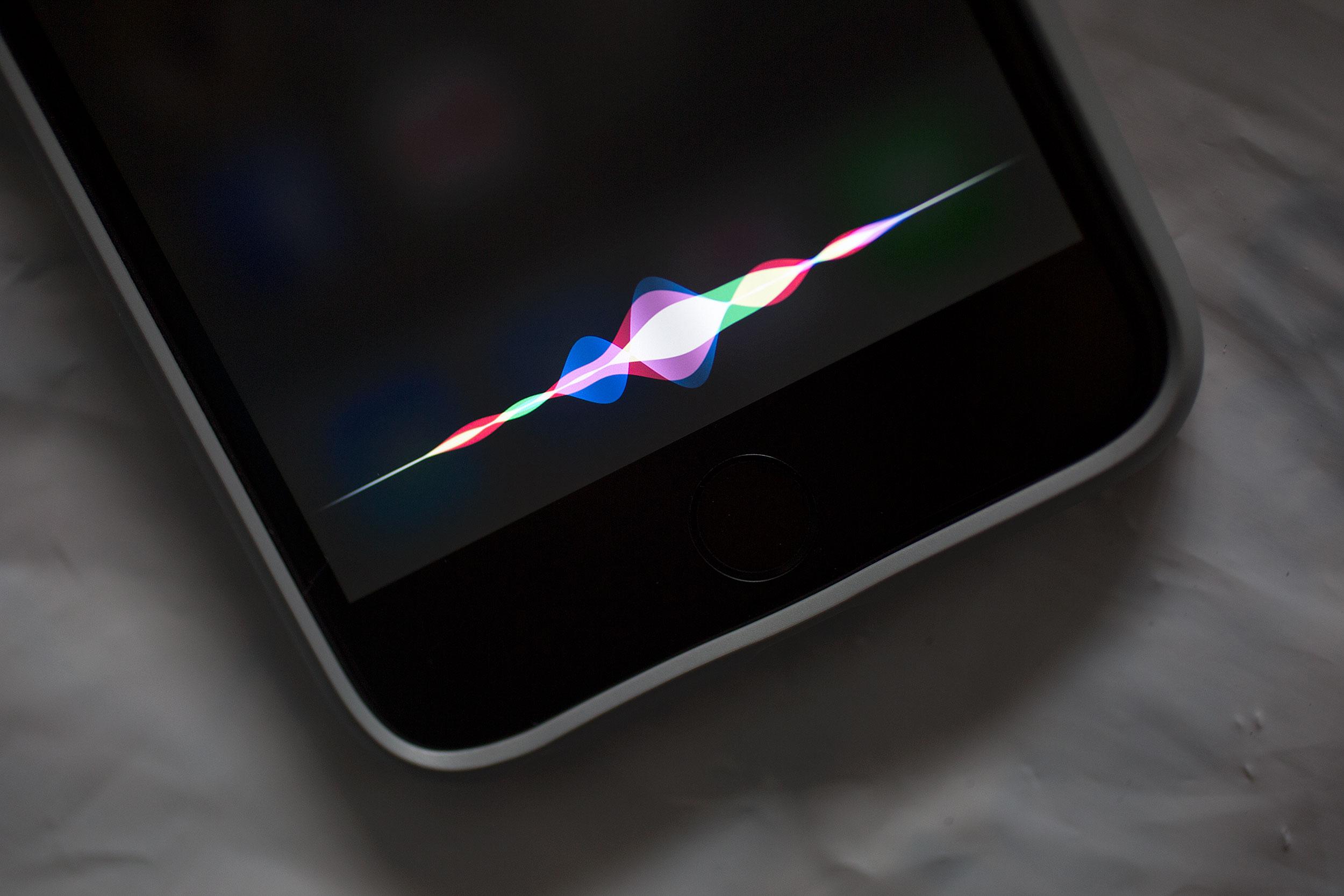 Nhấn và giữ nút giữa khoảng 2 giây để kích hoạt Siri