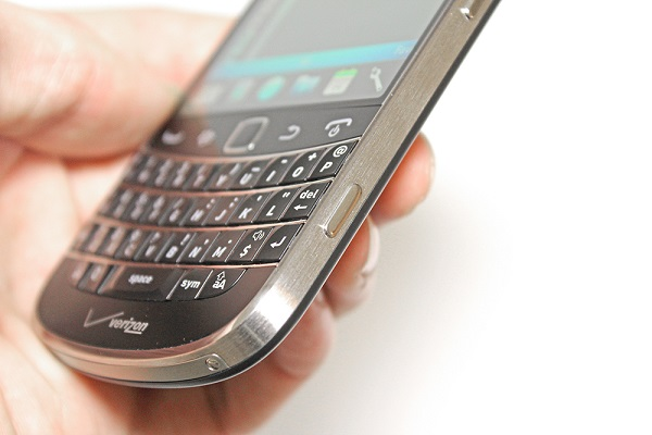 blackberry-bold-9930-canh-phai
