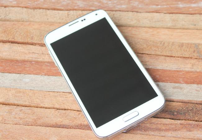 Samsung Galaxy S5 Au Xách Tay Nhật thiết kế