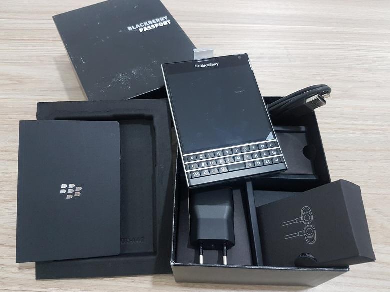 Mở hộp Blackberry Passport bản AZERTY và QWERT - 147019