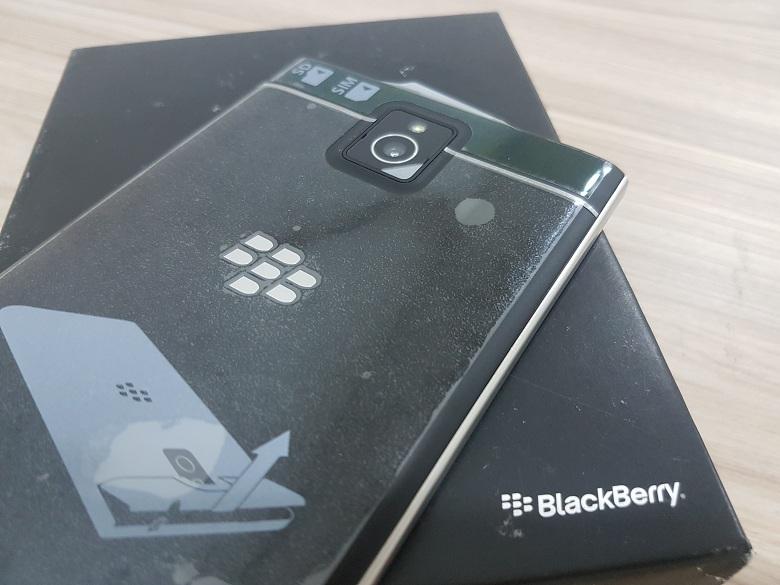 Mở hộp Blackberry Passport bản AZERTY và QWERT - 147022