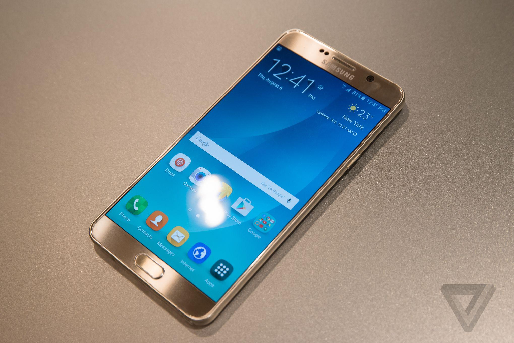 Samsung Galaxy Note 5 màu vàng.