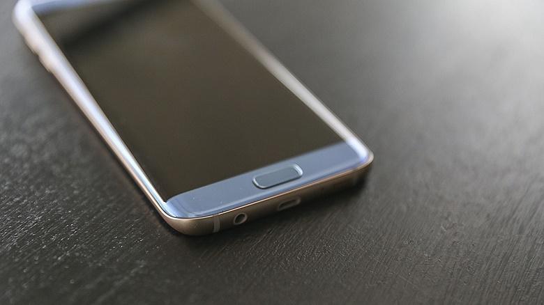 Cạnh dưới Samsung Galaxy S7 Edge xanh san hô