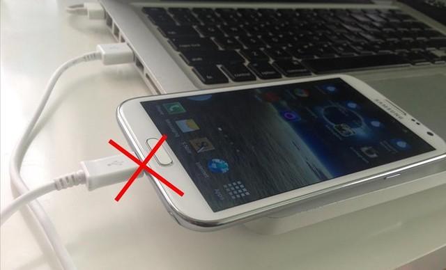 Nên sạc pin bằng bộ sạc đi kèm thiết bị, không sạc qua cổng USB của máy tính