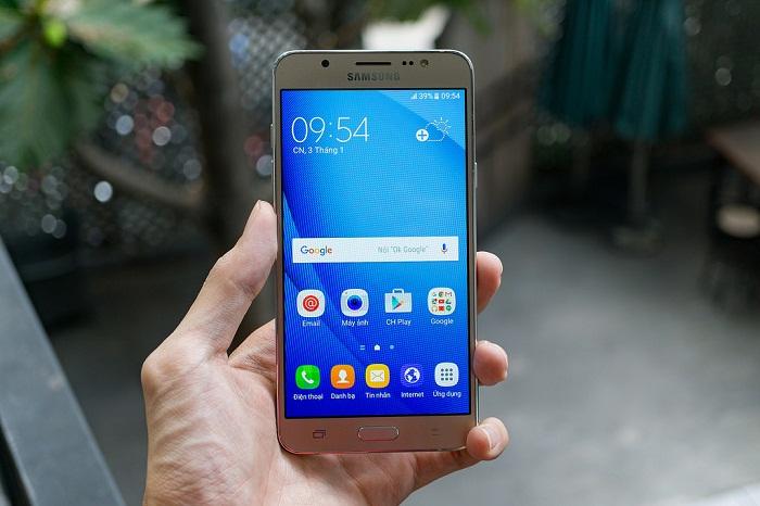 Samsung Galaxy J5 và J7 2016 3