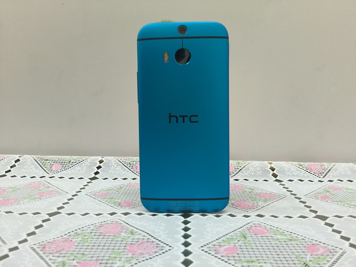 Mặt sau HTC One M8
