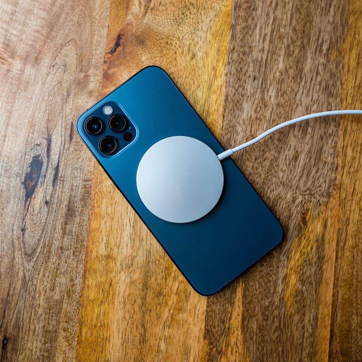 cận cảnh mặt lưng iphone 12 pro dạng kính