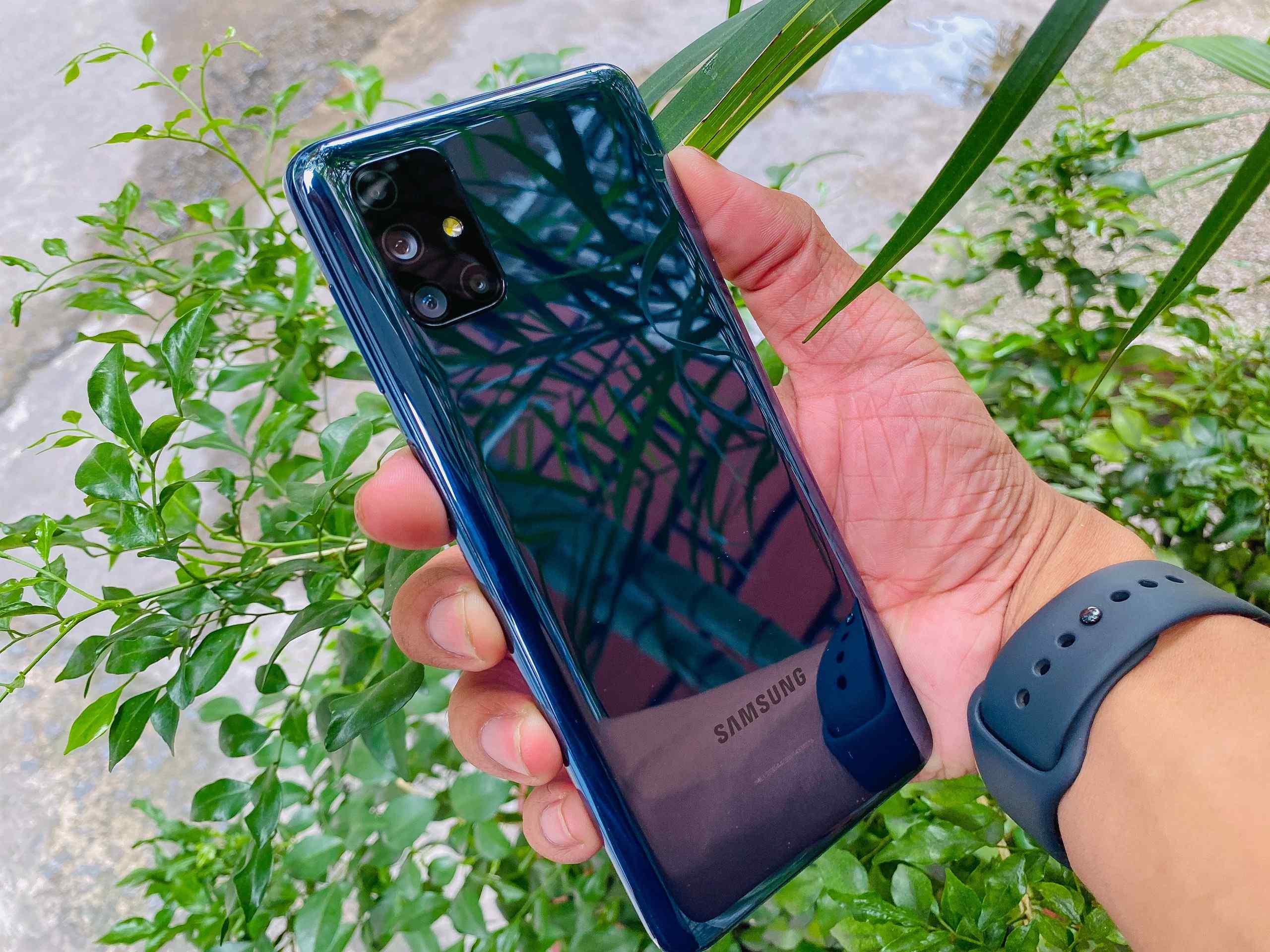 Galaxy M51 có thiết kế mỏng, chất liệu nhựa, bo tròn góc